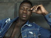 Κλείστε επάνω το αστικό πορτρέτο του νέου όμορφου και ελκυστικού αθλητικού μαύρου αμερικανικού ατόμου afro στο ανοικτό πουκάμισο  στοκ εικόνα με δικαίωμα ελεύθερης χρήσης