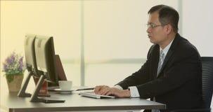 Κλείστε επάνω το βίντεο σκηνής του ανώτερου ασιατικού επιχειρηματία απόθεμα βίντεο
