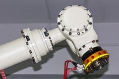 Κλείστε επάνω το βιομηχανικό βραχίονα ρομπότ συγκόλλησης με τη γρήγορη μονάδα πιασιμάτων για mig ή tig τον κάτοχο ηλεκτροδίων ή τ στοκ εικόνες