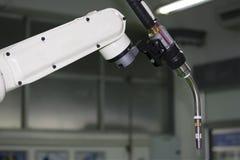 Κλείστε επάνω το βιομηχανικό βραχίονα ρομπότ συγκόλλησης με mig τον κάτοχο ηλεκτροδίων για βιομηχανικό στοκ εικόνα