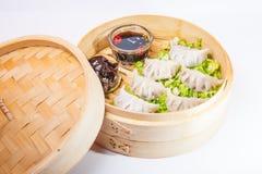 Κλείστε επάνω το διάφορο αμυδρό ποσό και τη σάλτσα στο ατμόπλοιο μπαμπού στο άσπρο υπόβαθρο που απομονώνεται Κινεζική κουζίνα, εκ Στοκ εικόνα με δικαίωμα ελεύθερης χρήσης