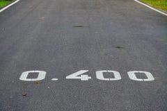 Κλείστε επάνω το δρόμο πάρκων με τον αριθμό απόστασης στο πεζοδρόμιο για πληροφορίες δρομέων στοκ φωτογραφία με δικαίωμα ελεύθερης χρήσης