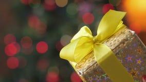 Κλείστε επάνω το δώρο ένα μεγάλο κιβώτιο δώρων φιλμ μικρού μήκους