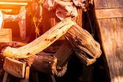 Κλείστε επάνω το εκλεκτής ποιότητας ξύλινο σκαμνί στοκ εικόνα