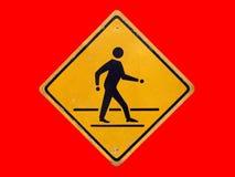 Κλείστε επάνω το ενιαίο παλαιό προειδοποιητικό σημάδι για είναι προσεκτικοί άνθρωποι διασχίζει το δρόμο στοκ εικόνα με δικαίωμα ελεύθερης χρήσης