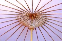 Κλείστε επάνω το εσωτερικό ανοικτό μωβ ασιατικό ύφος μιας ομπρέλας εγγράφου στοκ φωτογραφία με δικαίωμα ελεύθερης χρήσης