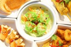 Κλείστε επάνω το εύγευστο appitizer μιγμάτων καθορισμένο: Dimsum, sausace, κοτόπουλο satay, κροτίδα calamari και ρυζιού στο άσπρο Στοκ Εικόνες