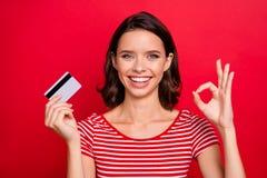Κλείστε επάνω το εύθυμο γοητευτικό αγαθό γυναικείων θετικό ικανοποιημένο αναφορών φωτογραφιών εντάξει όπως το λεπτό υποστηρικτή σ στοκ φωτογραφίες με δικαίωμα ελεύθερης χρήσης