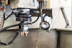 Κλείστε επάνω το ηλεκτρόδιο χαλκού κατά τη διάρκεια της οργάνωσης στην αυτόματη μηχανή ηλεκτρικής απαλλαγής edm ή την κατεργασία  στοκ φωτογραφία με δικαίωμα ελεύθερης χρήσης