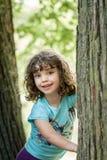Κλείστε επάνω το θερινό πορτρέτο ενός χαριτωμένου όμορφου χαμογελώντας προσχολικού κοριτσιού με την μπλεγμένη τρίχα Στοκ Εικόνες