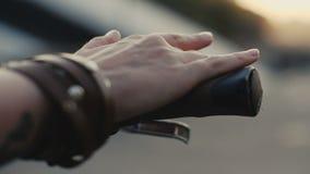 Κλείστε επάνω το θηλυκό χέρι σχετικά με handlebar το ποδήλατο σε αργή κίνηση απόθεμα βίντεο