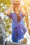 Κλείστε επάνω το καπέλο και τη λαβή ένδυσης γυναικών διοφθαλμικά στον τομέα χλόης Στοκ Εικόνα