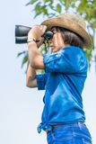 Κλείστε επάνω το καπέλο και τη λαβή ένδυσης γυναικών διοφθαλμικά στον τομέα χλόης Στοκ Φωτογραφίες
