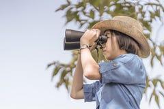 Κλείστε επάνω το καπέλο και τη λαβή ένδυσης γυναικών διοφθαλμικά στον τομέα χλόης Στοκ εικόνα με δικαίωμα ελεύθερης χρήσης