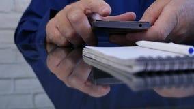 Κλείστε επάνω το κείμενο χεριών επιχειρηματιών χρησιμοποιώντας την ασύρματη επικοινωνία κινητών τηλεφώνων φιλμ μικρού μήκους