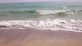 Κλείστε επάνω το κύμα θάλασσας Κύμα θάλασσας νερού αμμώδες Κίτρινη άμμος και σαφής παραλία θάλασσας νερού ωκεάνια το πρωί απόθεμα βίντεο