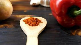 Κλείστε επάνω το μήκος σε πόδηα καταδίωξης εστίασης καροτσιού του γλυκού πιπεριού, του σκόρδου, της σκόνης κάρρυ και των κρεμμυδι απόθεμα βίντεο