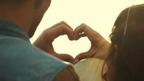 Κλείστε επάνω το νέο ζεύγος που κάνει τη μορφή καρδιών με τα χέρια απόθεμα βίντεο