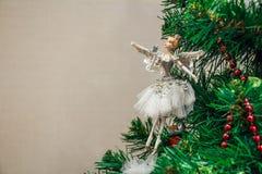 Κλείστε επάνω το παιχνίδι Χριστουγέννων του χορευτή μπαλέτου στο δέντρο Στοκ Εικόνες