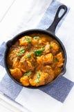 Κλείστε επάνω το παραδοσιακά ινδικά βουτύρου κάρρυ και το λεμόνι κοτόπουλου που εξυπηρετούνται με chapati το ψωμί χυτός στην πετσ στοκ φωτογραφίες με δικαίωμα ελεύθερης χρήσης
