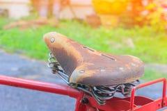 Κλείστε επάνω το ποδήλατο σελών δέρματος που ο κόκκινος κλασικός τρύγος προηγούμενο σε όμορφο με το διάστημα αντιγράφων για προσθ στοκ εικόνα με δικαίωμα ελεύθερης χρήσης