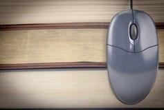 Κλείστε επάνω το ποντίκι και τα βιβλία Στοκ εικόνα με δικαίωμα ελεύθερης χρήσης
