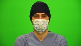 Κλείστε επάνω το πορτρέτο ενός χειρούργου ή ενός γιατρού με τη μάσκα απόθεμα βίντεο