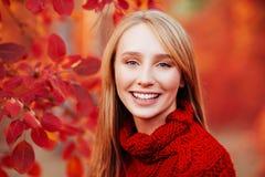 Κλείστε επάνω το πορτρέτο ενός όμορφου κοριτσιού κοντά στα ζωηρόχρωμα φύλλα φθινοπώρου στοκ φωτογραφία με δικαίωμα ελεύθερης χρήσης