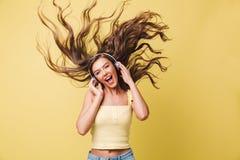 Κλείστε επάνω το πορτρέτο ενός όμορφου χαμογελώντας κοριτσιού στο κόκκινο κραγιόν Στοκ Φωτογραφία