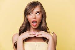 Κλείστε επάνω το πορτρέτο ενός όμορφου χαμογελώντας κοριτσιού στο κόκκινο κραγιόν Στοκ φωτογραφία με δικαίωμα ελεύθερης χρήσης