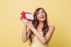 Κλείστε επάνω το πορτρέτο ενός όμορφου χαμογελώντας κοριτσιού στο κόκκινο κραγιόν Στοκ εικόνες με δικαίωμα ελεύθερης χρήσης