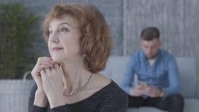 Κλείστε επάνω το πορτρέτο μιας ανώτερης ώριμης γυναίκας στο πρώτο πλάνο Ο θολωμένος αριθμός της λυπημένης δυστυχισμένης συνεδρίασ απόθεμα βίντεο