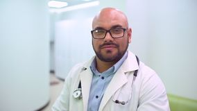 Κλείστε επάνω το πορτρέτο μιας κάσκας χειρούργων ή γιατρών έτοιμης για τη λειτουργία στο νοσοκομείο ή την κλινική Το χρηματοκιβώτ απόθεμα βίντεο