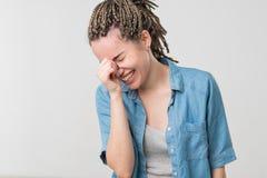 Κλείστε επάνω το πορτρέτο μιας όμορφης μέσης ενήλικης γυναίκας που γελά με το πουλόβερ στοκ φωτογραφία με δικαίωμα ελεύθερης χρήσης