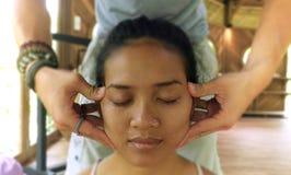 Κλείστε επάνω το πορτρέτο προσώπου της νέας πανέμορφης και χαλαρωμένης ασιατικής ινδονησιακής γυναίκας που λαμβάνει το παραδοσιακ στοκ φωτογραφία με δικαίωμα ελεύθερης χρήσης