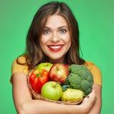 Κλείστε επάνω το πορτρέτο προσώπου της χαμογελώντας γυναίκας με τα φρούτα και vegetabl στοκ εικόνα