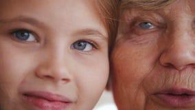 Κλείστε επάνω το πορτρέτο της γιαγιάς και της εγγονής μπλε μάτια φιλμ μικρού μήκους