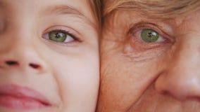 Κλείστε επάνω το πορτρέτο της γιαγιάς και της εγγονής Πράσινα μάτια φιλμ μικρού μήκους