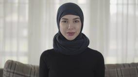 Κλείστε επάνω το πορτρέτο της επιτυχούς βέβαιας νέας μουσουλμανικής επιχειρησιακής γυναίκας που εξετάζει τη κάμερα που χαμογελά τ απόθεμα βίντεο