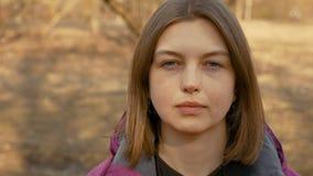 Κλείστε επάνω το πορτρέτο της νέας γυναίκας στη φύση με μακρυμάλλη απόθεμα βίντεο