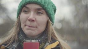 Κλείστε επάνω το πορτρέτο της όμορφης γυναίκας στο πράσινο καπέλο και  απόθεμα βίντεο
