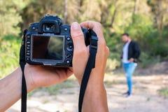 Κλείστε επάνω το πορτρέτο του ατόμου φωτογράφων που παίρνει την εικόνα με τη ψηφιακή κάμερα στοκ εικόνα με δικαίωμα ελεύθερης χρήσης