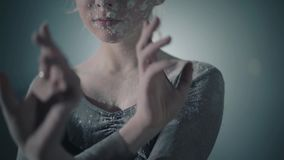 Κλείστε επάνω το πορτρέτο του επαγγελματικού χαριτωμένου χορού χορευτών μπαλέτου στο μαύρο φόρεμα στο στούντιο στο μαύρο υπόβαθρο απόθεμα βίντεο