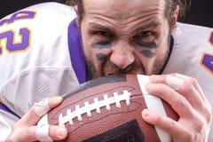Κλείστε επάνω το πορτρέτο του επιθετικού φορέα αμερικανικού ποδοσφαίρου στοκ εικόνα με δικαίωμα ελεύθερης χρήσης