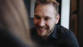 Κλείστε επάνω το πορτρέτο του ευτυχούς νεαρού άνδρα πίνει τον καφέ, μιλά και χαμογελά με το hergirlfriend καθμένος απόθεμα βίντεο