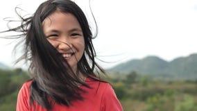 Κλείστε επάνω το πορτρέτο του εύθυμου ασιατικού κοριτσιού που χαμογελά την ευτυχή εύθυμη ημέρα απόλαυσης απόθεμα βίντεο