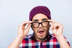Κλείστε επάνω το πορτρέτο του κατάπληκτου τύπου hipster στο ελεγμένο πουκάμισο, λαβή Στοκ Εικόνα