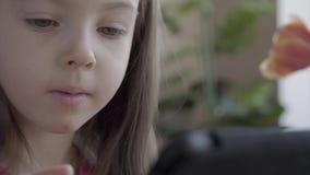 Κλείστε επάνω το πορτρέτο του λίγο χαριτωμένου όμορφου κοριτσιού που παίζει το εκπαιδευτικό παιχνίδι κοντά επάνω Η μητέρα της βοη φιλμ μικρού μήκους