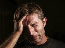 Κλείστε επάνω το πορτρέτο του λυπημένου και καταθλιπτικού ατόμου με το χέρι στο πρόσωπο που φαίνεται απελπισμένο συναίσθημα που μ στοκ εικόνες