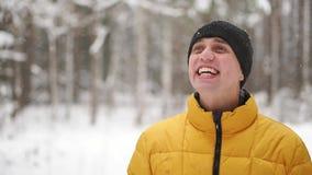 Κλείστε επάνω το πορτρέτο του ταξιδιώτη νεαρών άνδρων Ευτυχής οδοιπόρος, ορειβάτης που εξετάζει την κορυφή του βουνού σε σε αργή  απόθεμα βίντεο